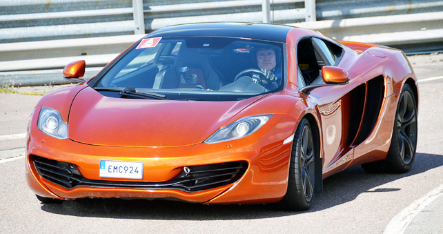 mclaren_mp4_12c_pit_newest